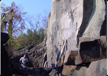 石山にて採石をする。
