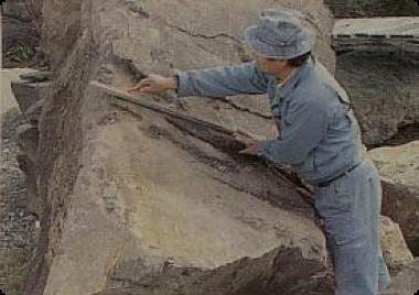 石切場で製作品の大きさに寸法割り出し、荒取りする。